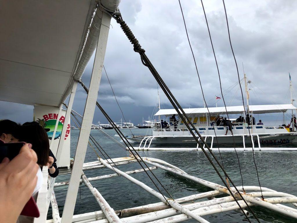 セブ島アイランドホッピングツアーの船