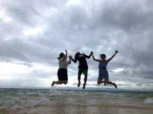 セブ島アイランドホッピングツアーの優しいガイドさんとジャンプ写真