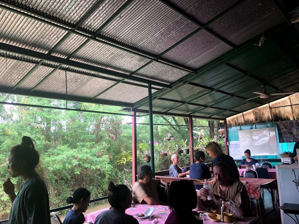 タイ・チェンマイのマッサージスクールの休憩中。半アウトドアで緑豊かな景色が最高。