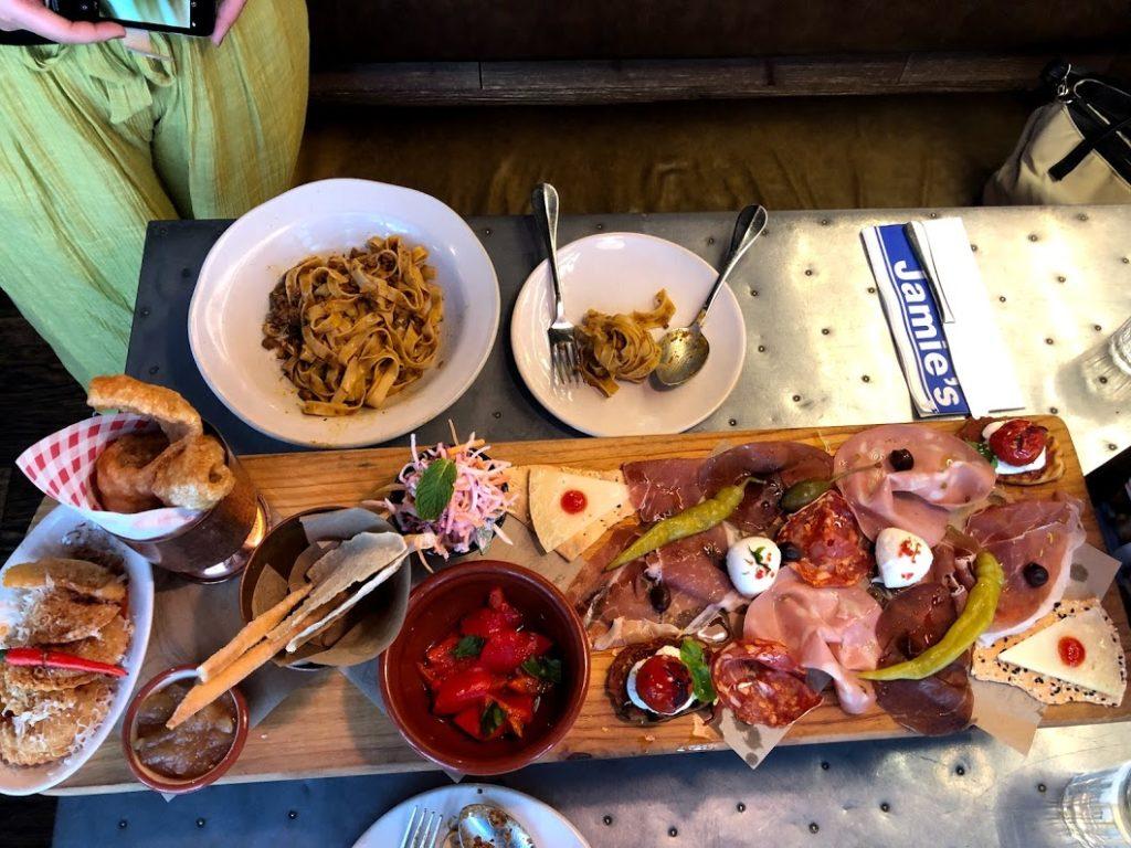 Jamie's italianのプレート料理の写真