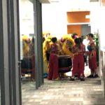 シンガポールの社内で行われる春節時のライオンダンス