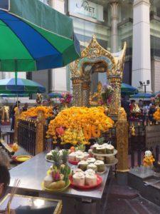 バンコク市内にあるブラフマー像とお花
