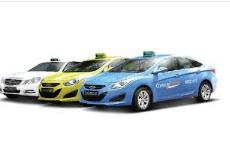 シンガポール国内で頻繁にみかけるComfortタクシー外観。三色展開。青、黄色、白