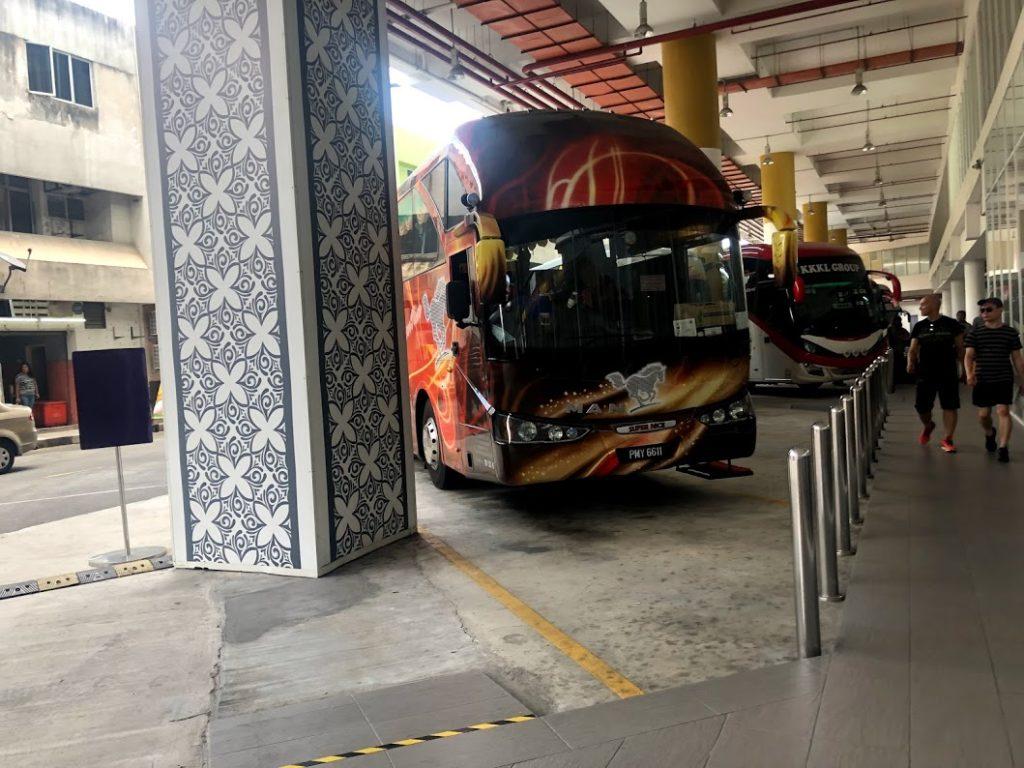 Grass Land Express Pte Ltd. のバス停と派手なバスの外観