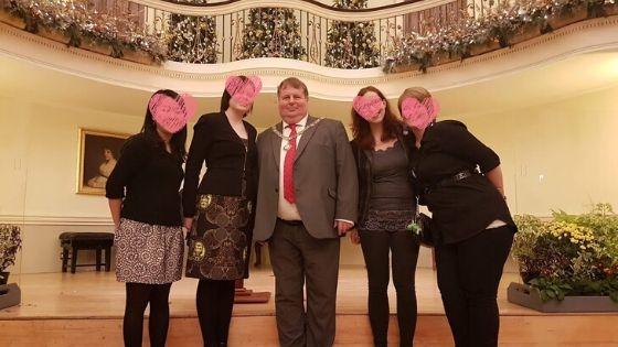 バースの市長さんと各国の留学生と記念写真