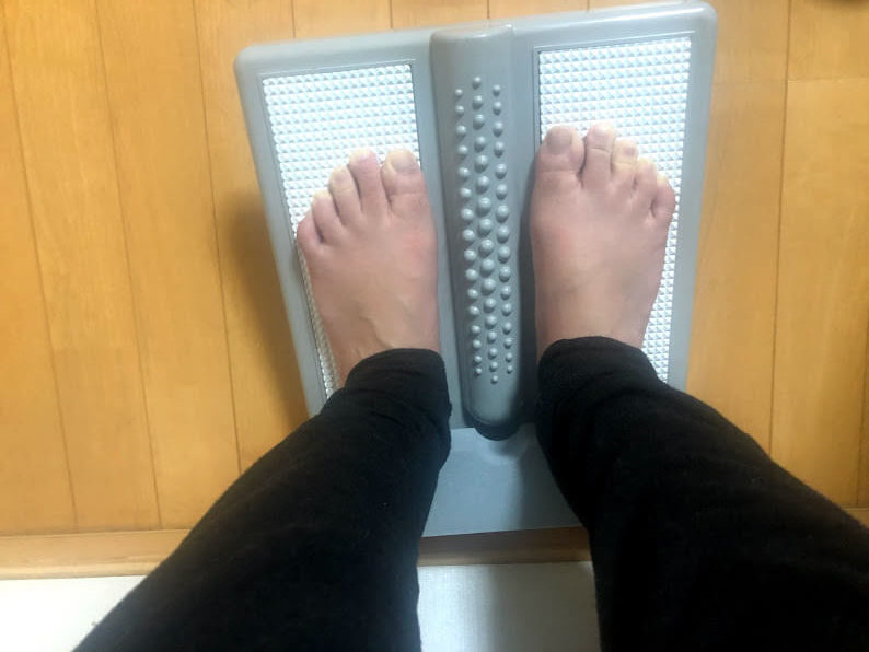 ストレッチングボードの使い方・足を平行に置く